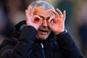 José Mourinho sender håndsignaler til sine spillere