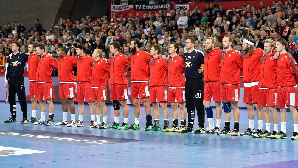 71d826383f9 Lørdag aften starter EM i herrehåndbold 2018 for Danmarks vedkommende. De  rød-hvide møder Ungarn i den første gruppespilskamp, og det er vigtigt med  en god ...
