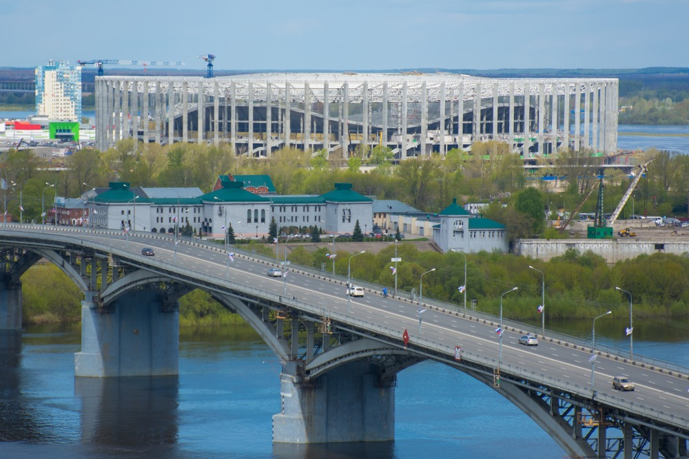 VM 2018-stadionet i Nisnij Novgorod set fra distancen. I forgrunden kan man se en bro og en bygning