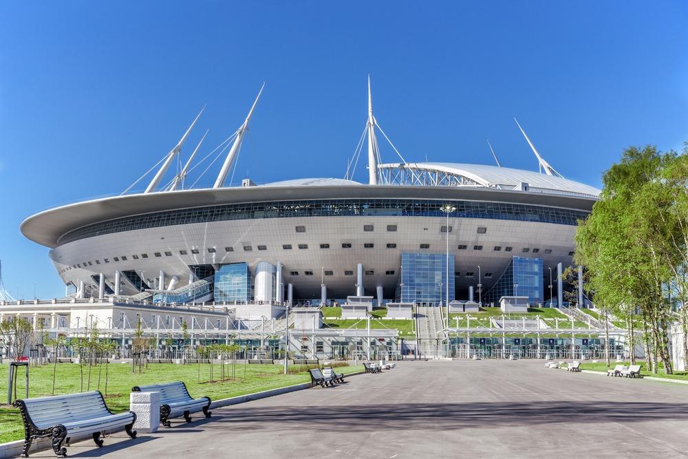 Zenit Skt. Petersborgs hjemmebane, Krestovsky Stadion, set udefra med blå himmel i baggrunden