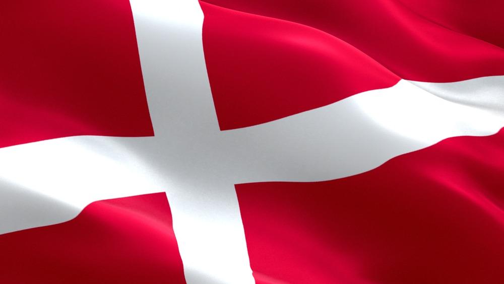 Det danske flag, dannebrog, der blafrer i vinden