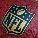 En amerikansk fodbold med det officielle NFL-logo på.