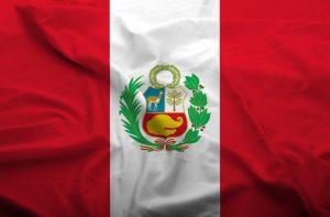 Det peruvianske flag, der bølger i vinden.
