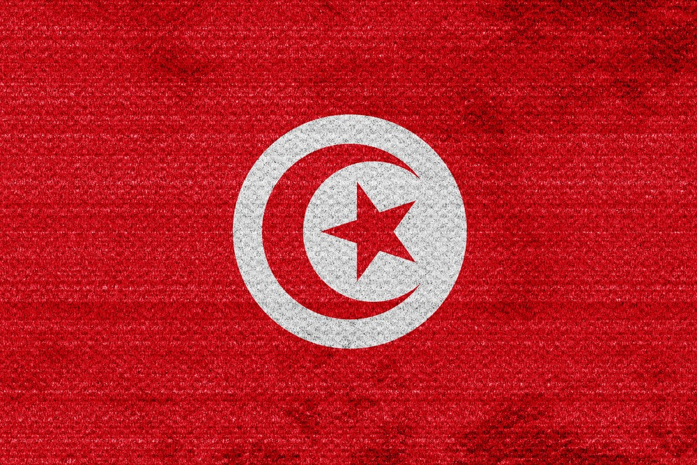 Det tunesiske flag med den den røde stjerne og halvmåne i midten.