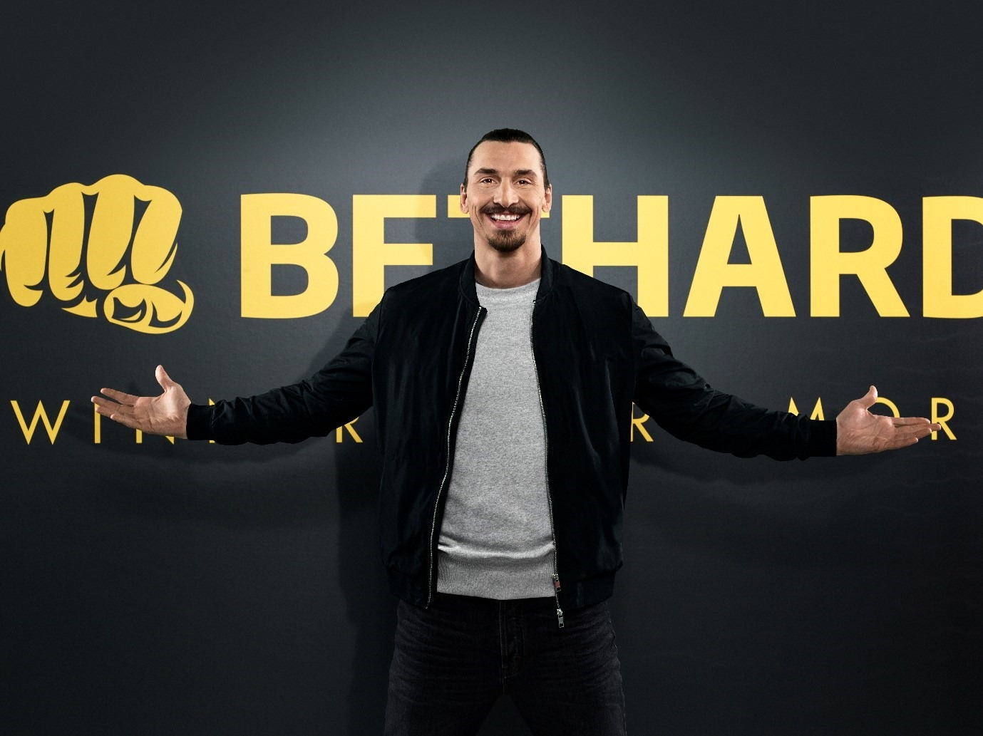 Den svenske fodboldspiller Zlatan Ibrahimovic foran et Bethard logo
