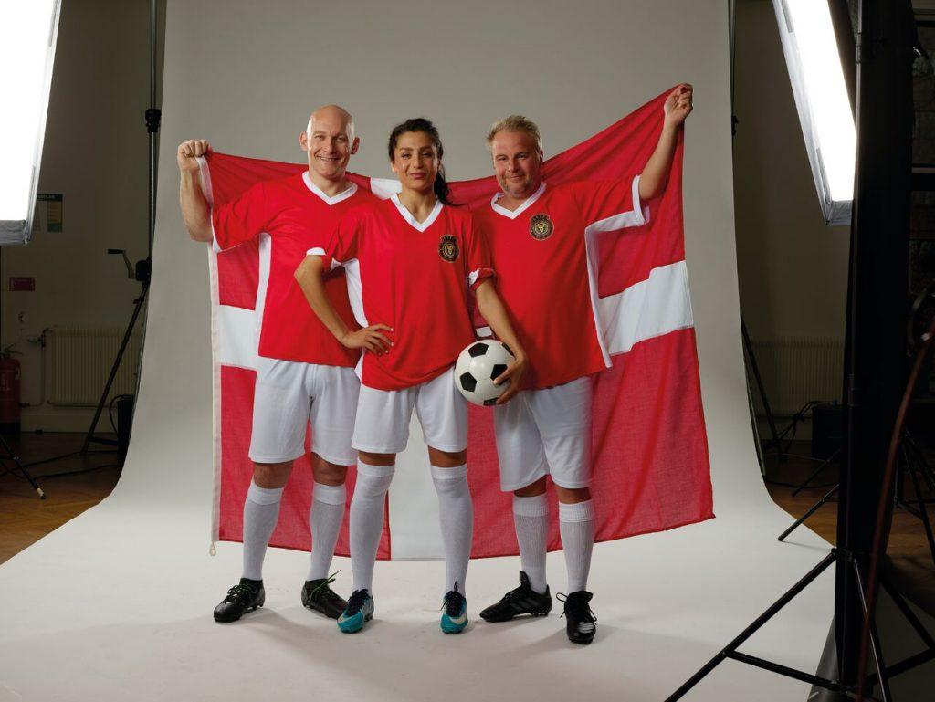 LeoVegas Sports frontfigurer, Thomas Gravesen, Nadia Nadim og Uffe Holm, foran et dansk flag. LeoVegas Sport livestreamer alle Danmarks kampe ved VM i ishockey.