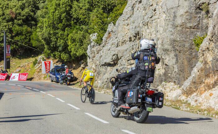 Cykelrytteren Christopher Froome i den gule førertrøje under en enkeltstart i Tour de France 2016