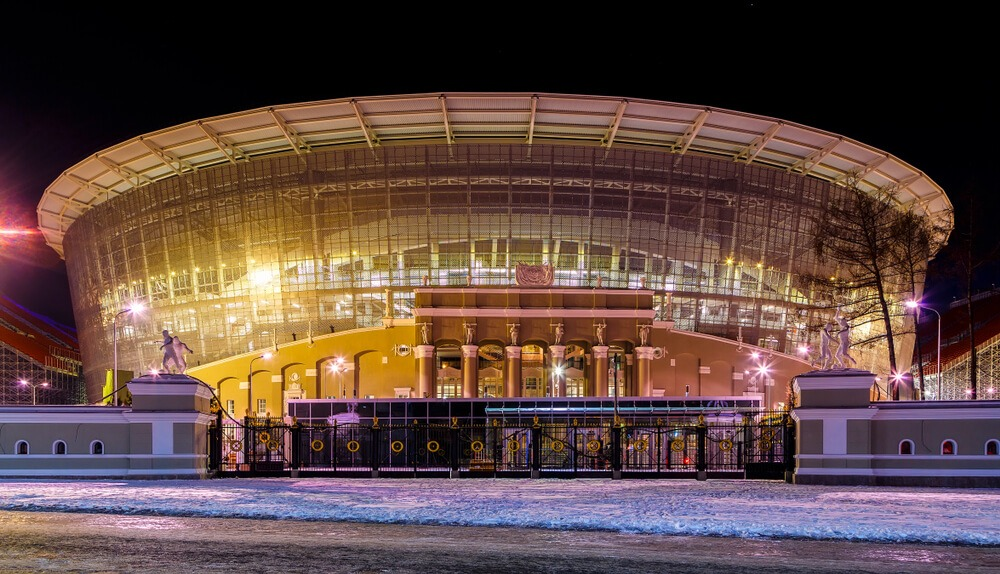 VM-stadionet i Jekaterinburg. I forgrunden ses den gamle til stadionet og i baggrunden arenaen.