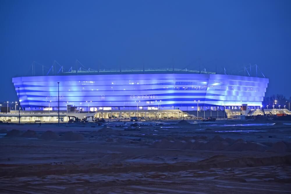 VM 2018-stadionet i Kaliningrad set om aftenen med lilla lys på en mørk nattehimmel