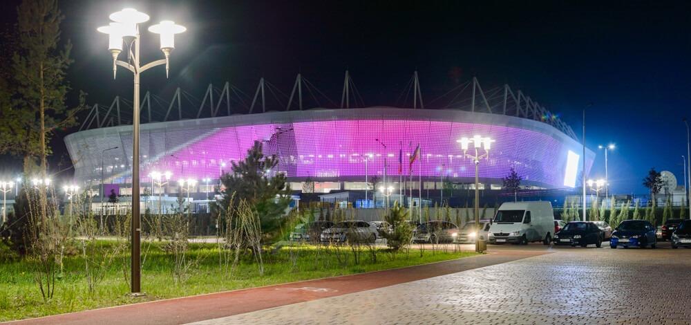 VM-stadionet i Rostov-ved-Don set om aftenen. I forgrunden ses træer og nattenhimlen i baggrunden