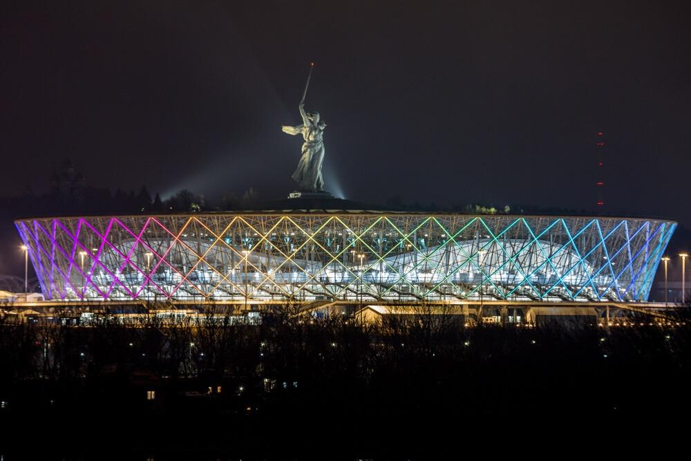 VM 2018-stadionet i den russiske by Volgograd set om aftenen. I baggrunden ses ikonisk statue