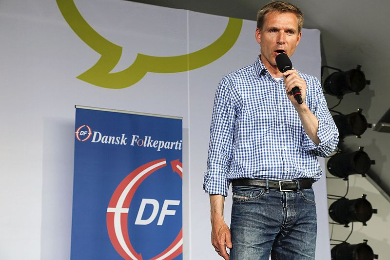 Politikeren Kristian Thulesen Dahl fra Dansk Folkeparti foran et Dansk Folkeparti-banner under Folkemødet på Bornholm i 2015