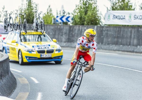 Cykelrytteren Rafal Majka iført den prikkede bjergtrøje under en enkeltstart i Tour de France 2015