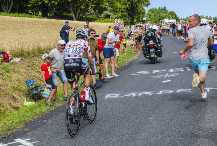 Cykelrytteren Warren Barguil under Tour de France 2017, hvor han bestiger et bjerg iført den prikkede bjergtrøje