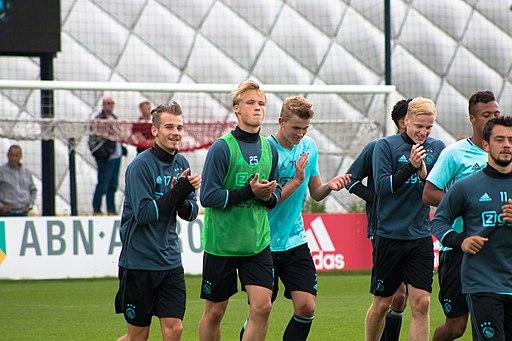 Kasper Dolberg med et par Ajax-spillere til træning