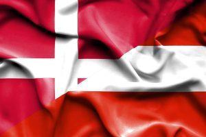 Dansk og østrigsk flag der blafrer i vinden