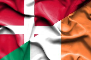 Et dansk og irsk flag som blafrer i vinden