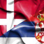 Det danske og serbiske flag som blafrer i vinden